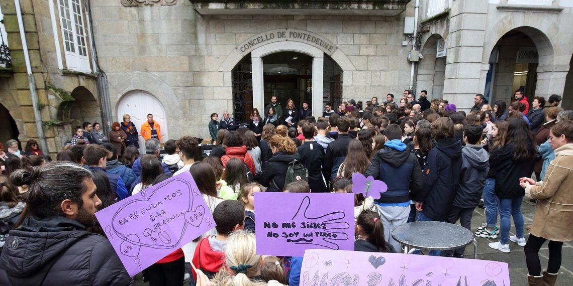 Apoio na Praza Real de Pontedeume ás vítimas da violencia de xénero.