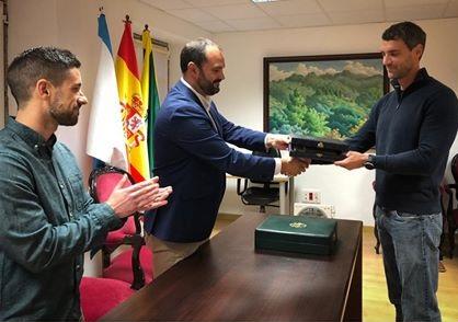 Recepción a Santiago Cruz no Concello de Pontedeume.