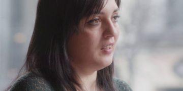 Imaxe dunha entrevista a Amelia Tiganus nunha televisión de ámbito nacional.
