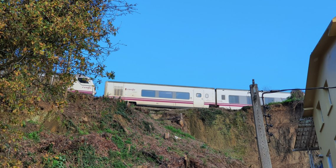 Imaxe da liña ferroviaria Ferrol-Betanzos ao seu paso por Cabanas.