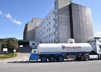 Un camión cisterna da empresa Air Liquide  Healthcare suministra osíxeno medicinal ao hospital Arquitecto Marcide