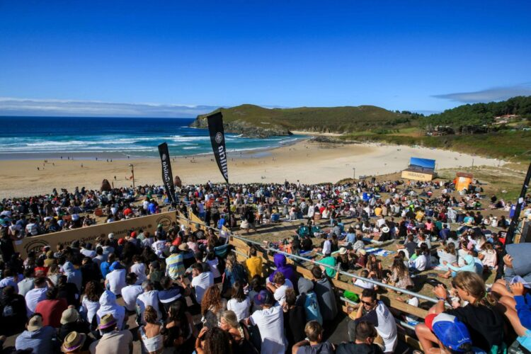 Line-up and the Crowd  at Pantin Clasic contest site