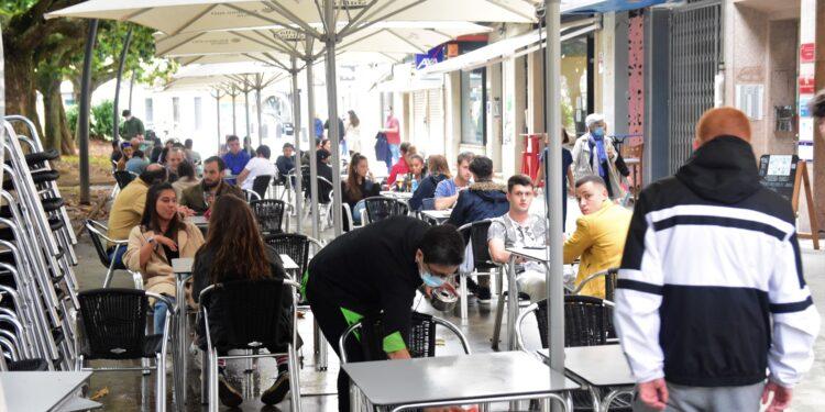Las reuniones en las terrazas de hostelería podrán ser de hasta 15 personas | ARCHIVO