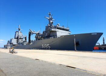 """El AOR """"Supply"""" atracado en el puerto australiano de Perth, donde fue finalizado y recepcionado"""