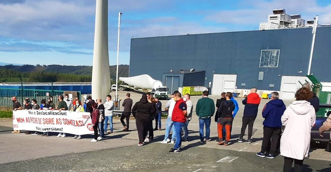 Protesta de los trabajadores de Siemens Gamesa frente a la fábrica de As Somozas