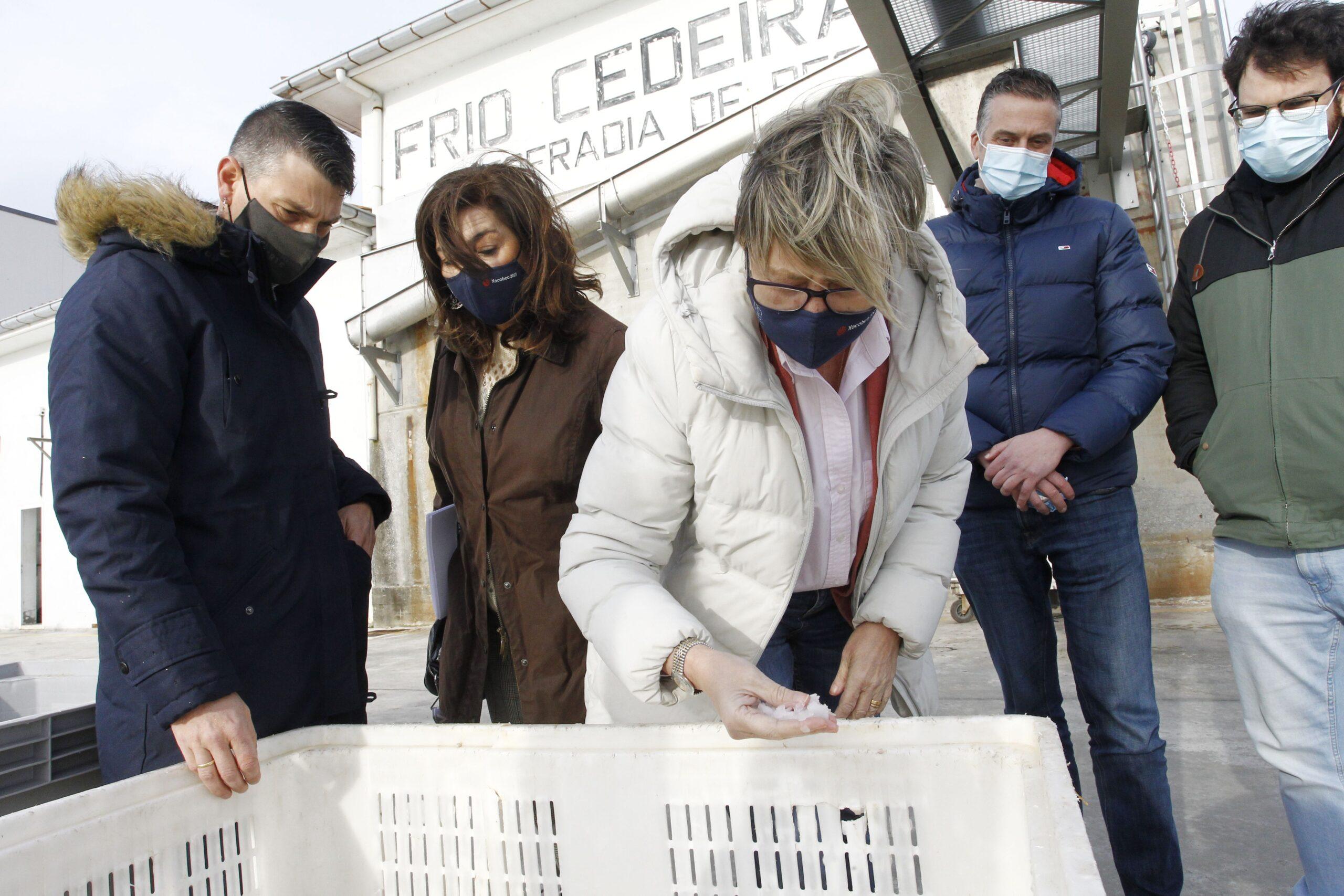 Rosa Quinta,a junto al alcalde Pablo Moreda, durante la visita a la fábrica de hielo