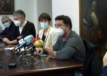 Ana Pontón y el diputado ferrolano 'Mon' Fernández, junto al resto de responsables municipales del BNG