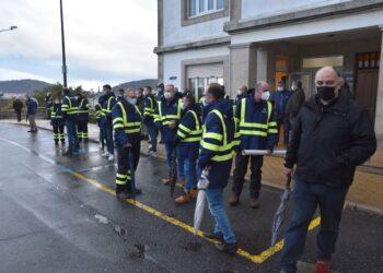 Concentración de los operarios del naval a las puertas del astillero
