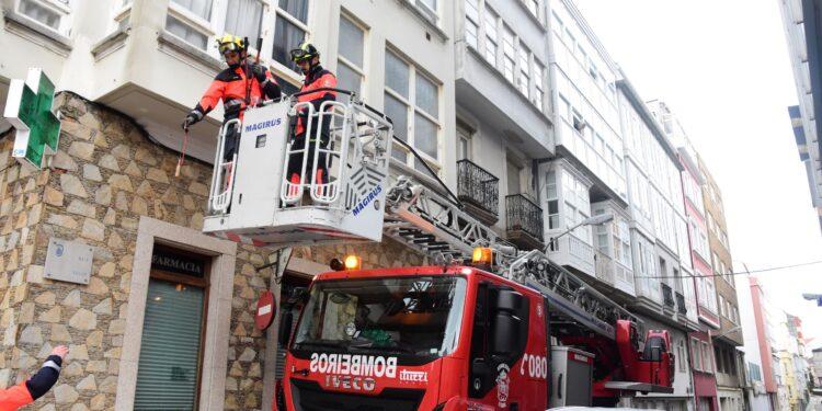 Los bomberos de Ferrol, durante una intervención en el centro de la ciudad