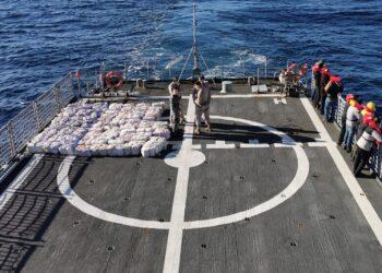 Los detenidos y las sustancias intervenidas a bordo del patrullero en su viaje de vuelta a Ferrol