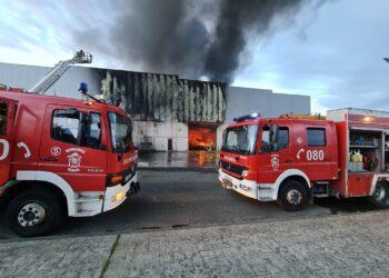 Los trabajos de los bomberos se prolongarán hasta bien entrada la tarde | I.V.