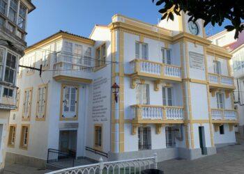 Los versos de Rosalía de Castro decora la fachada de la biblioteca municipal