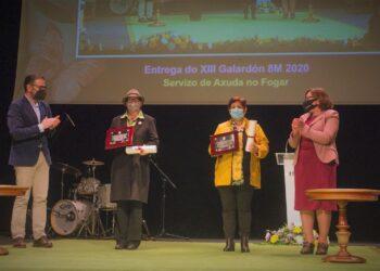 Las dos trabajadoras del SAF recibieron sendos galardones de manos de Ángle Mato y Cristina Prados