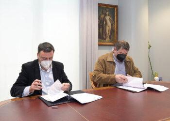 Valentín González y Manuel Meizoso firmaron esta mañana el convenio de colaboración