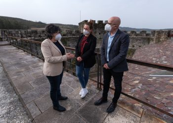 La alcaldesa de Moeche, Beatriz Bascoy, junto a la diputada María Muíño y el vicepresidente de la Diputación Xosé Regueira