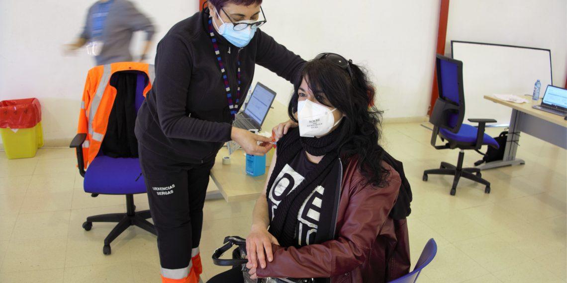 Una persona recibiendo la vacuna.