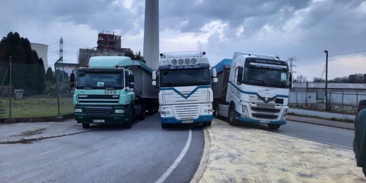 Los camiones impiden el paso a la central térmica