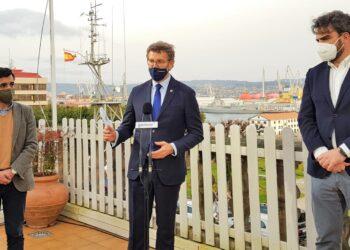 El presidente del PP gallego se reunió en Ferrol con responsables del partido en la comarca para analizar la situación económica de la zona.