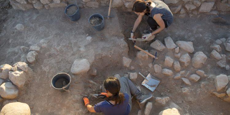 Dos arqueólogas en la citada excavación en la que participa la UDC