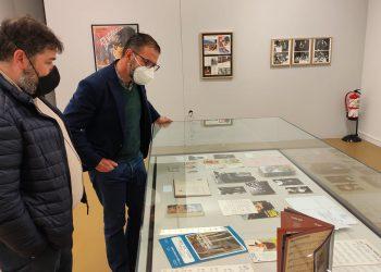 Ángel Mato, durante la visita a la exposición de Andrés Dobarro