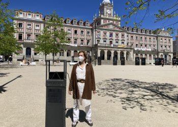 La edil María Teresa Deus probó esta mañana el funcionamiento de estos nuevos postes