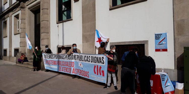Concentración de pensionistas frente a la sede de la Seguridad Social de Ferrol