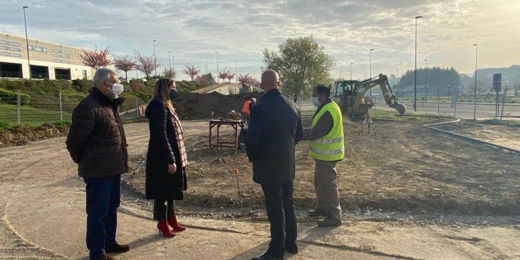 La alcaldesa y el edil de deportes visitando las obras del nuevo Skate Park.