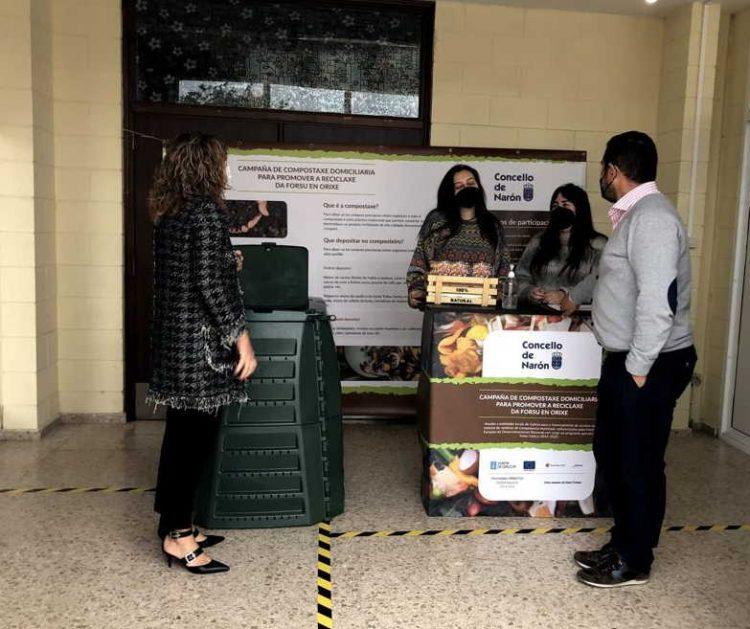 La alcaldesa, Marián Ferreiro, acudió al stand de Sedes donde se informa sobre el taller de compostaje