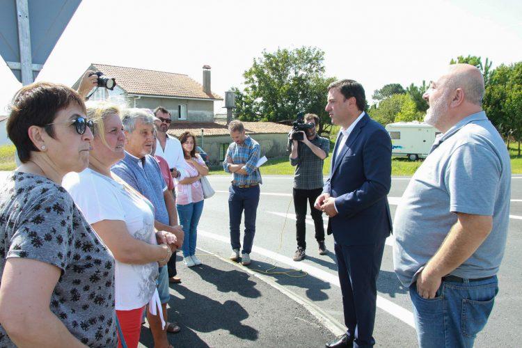 Reunión del presidente de la Diputación, Valentín González, con el alcalde de Ares y los vecinos de Chanteiro