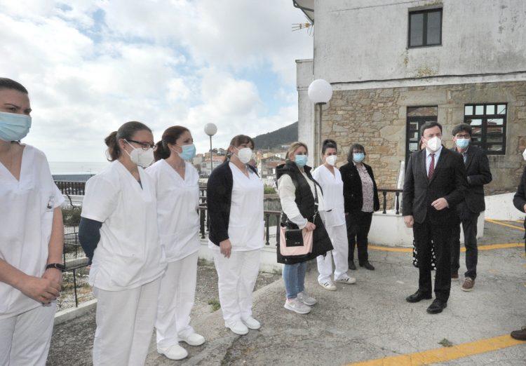 Valentín González Formoso, con las trabajadoras del Servicio del Ayuda en el Hogar