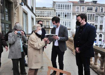 José Pardo entrega su libro a Lucila Ucha, hija del arquitecto.