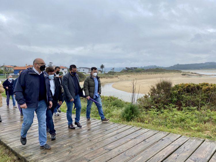 Los representantes canarios visitaron junto al alcalde de Valdoviño el entorno de A Frouxeira