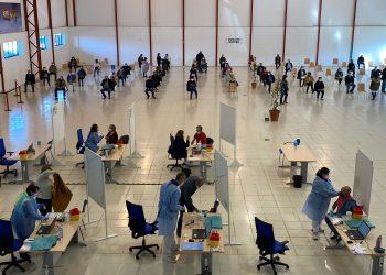 Se espera que unas 2.000 personas acudan hoy a recibir la primera dosis de AstraZéneca
