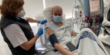 Un paciente en diálisis del Marcide recibe la vacuna contra el COVID-19