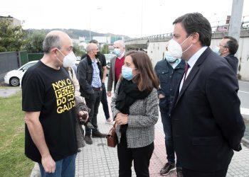 La alcaldesa y el presidente de la Diputación junto a los trabajadores. | CONCELLO DE A CORUÑA