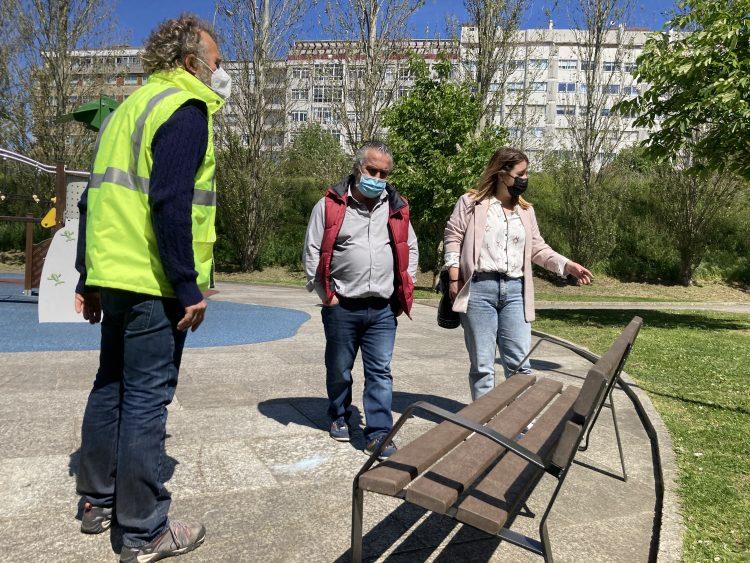 La edil ferrolana Ana Lamas visitó el parque ver el nuevo mobiliario