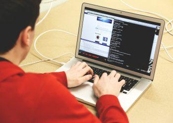 El estafador ofrece arreglar un virus a cambio de un módico precio para controlar el ordenador de la víctima.