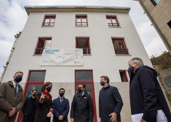 La conselleira de Vivienda, Ángeles Vázquez, el alcalde de Ferrol y el presidente de la Xunta en una foto de archivo visitando viviendas incluídas en el Plan Rexurbe.