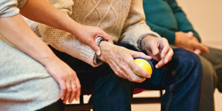 Imagen de archivo de una persona con alzhéimer y su cuidadora