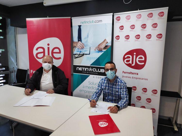 Los representantes de ambas entidades, durante la firma del convenio