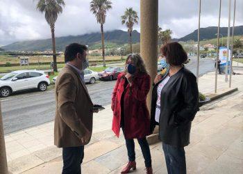 Montserrat García y Begoña Rodríguez con el alcalde de Cariño, Miguel Alonso Pumar