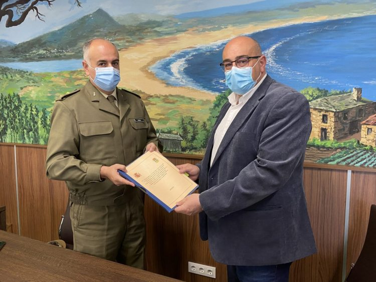 El teniente coronel Álvaro Vizoso entregó al alcalde de Valdoviño, Alberto González, el documento que corrobora la cesión de los viales