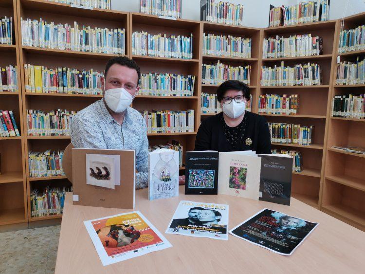 Vicente Roca y la bibliotecaria Anabel Alonso.