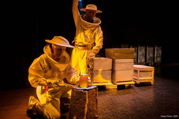 "Escena de ""O mel non caduca"", de Ibuprofeno Teatro."