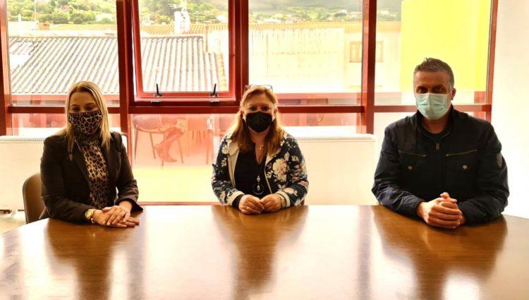 El alcalde de Cedeira, Pablo Moreda, y la concelleira de Servicios Sociales, Magdalena Pérez Villar, se reunieron con AFAL