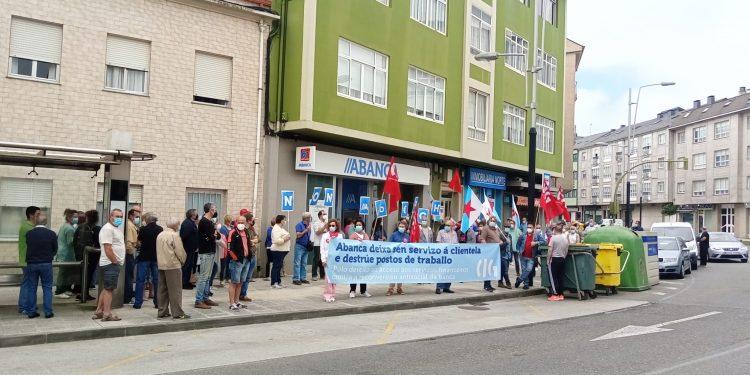 Concentración frente a la oficina de Abanca en Ferrol