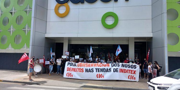 Concentración en el centro comercial Odeón, que sufrirá varios cierres