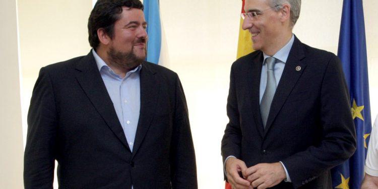 El presidente de COFER, Cristóbal Dobarro, en una foto de archivo junto al conselleiro Francisco Conde