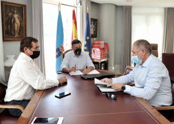 El alcalde de Dodro, Xabier Castro, se reúne con el presidente de la Diputación, Valentín González, y el diputado Antonio Leira   DIPUTACIÓN DE A CORUÑA