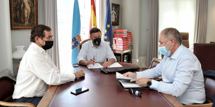 El alcalde de Dodro, Xabier Castro, se reúne con el presidente de la Diputación, Valentín González, y el diputado Antonio Leira | DIPUTACIÓN DE A CORUÑA